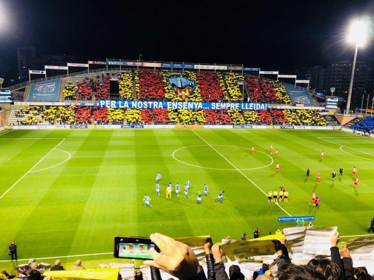 Imatge de l'inici del partit al Camp d'Esports.
