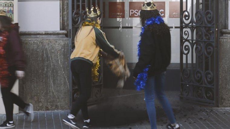 Imatge de membres d'Arran Lleida tirant carbó a la seu del PSC