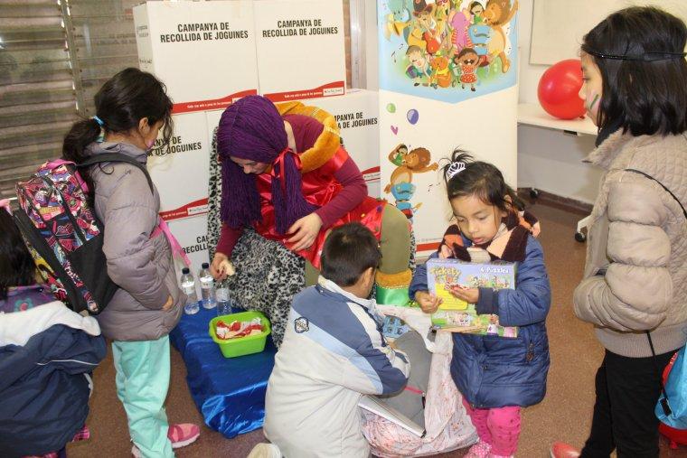 Més nens recollint les seves joguines a Lleida