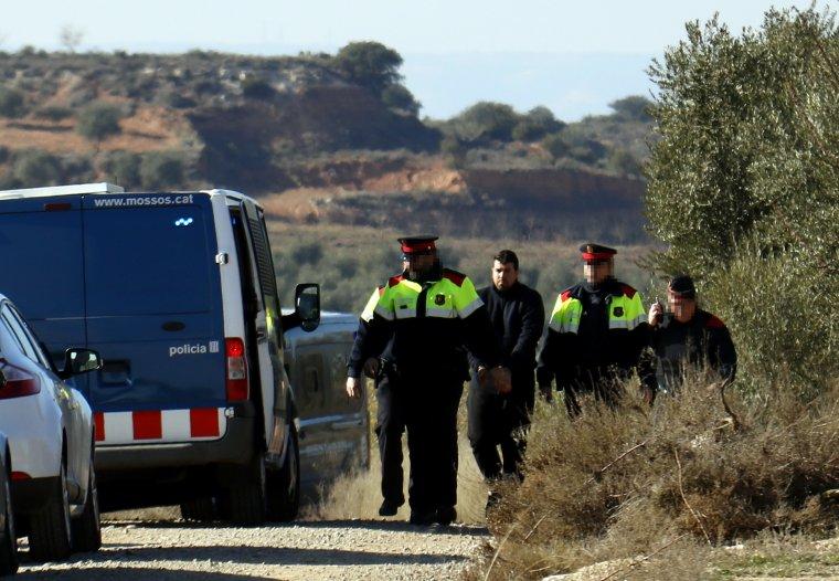 Moment en què agents del Mossos d'Esquadra traslladen l'acusat de matar dos agents rurals a Aspa