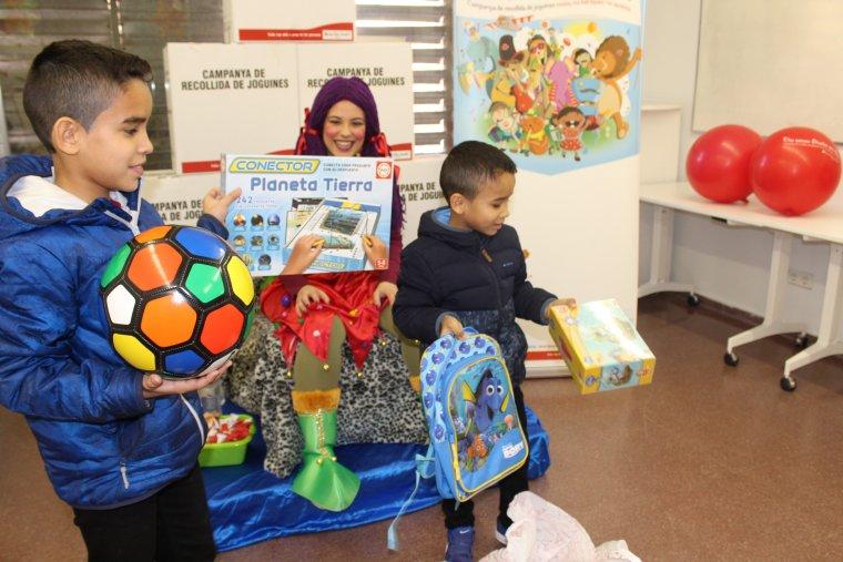 Nens recollint joguines a Creu Roja Lleida