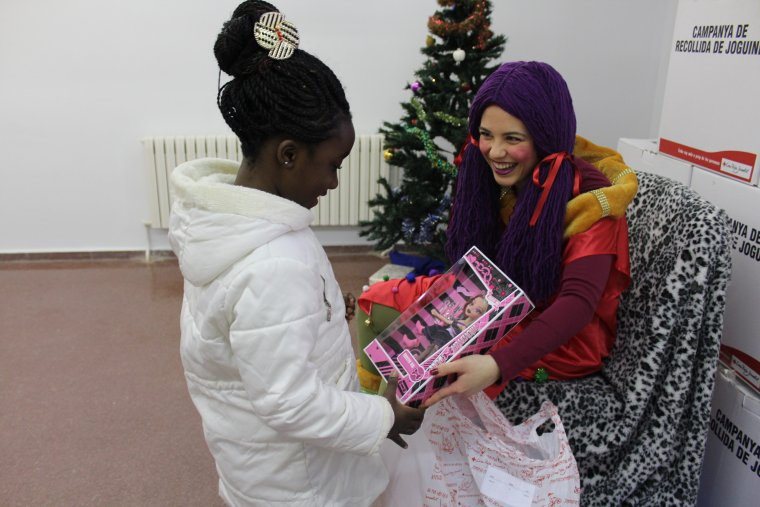 Una nena recollint el seu regal
