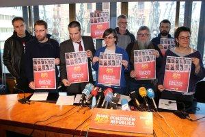 L'exdiputada de la CUP, Mireia Boya, amb diputats i altres representants de la CUP a la seu del Col·legi d'Advocats de Lleida