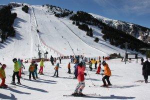 Pla general d'esquiadors en una de les pistes de la part alta de l'estació de Masella