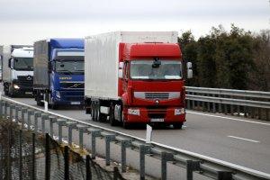 Pla mig on es poden veure camions circulant per l'AP-2 a Lleida en sentit Barcelona una vegada aixecada la restricció per la nevada
