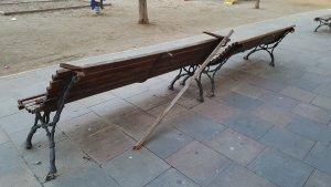 Una altra imatge dels bancs trencats de la plaça de l'Escorxador de Lleida