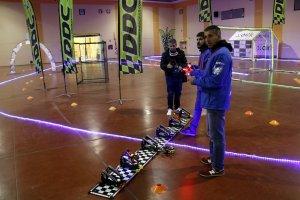 Uns participants preparant els seus drones per la carrera, a la Drone Party de Mollerussa