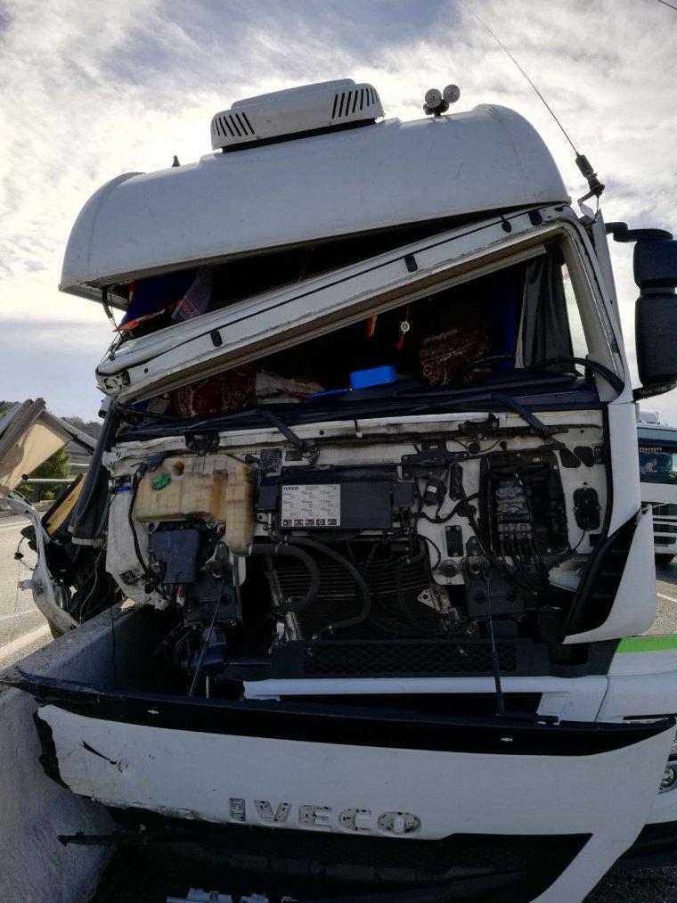 Així ha quedat el camió després del xoc.