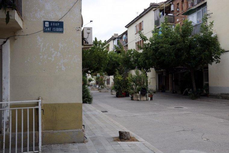 El cartell de Grup Sant Isidori de Mollerussa i al darrera alguns dels habitatges