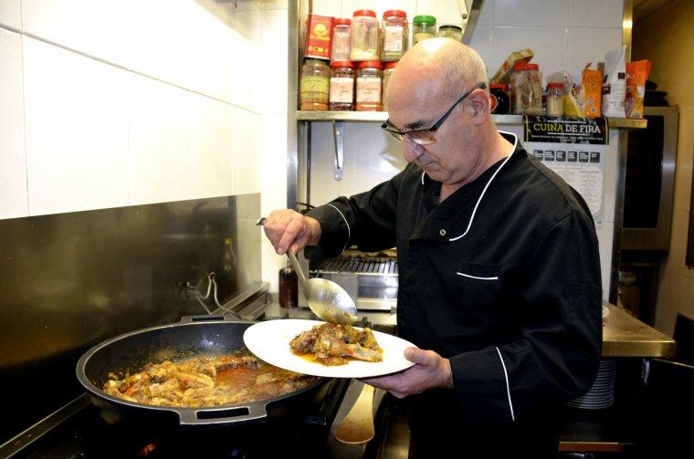 El cuiner del restaurant De Gurp de Tremp serveix un plat de caldereta de corder