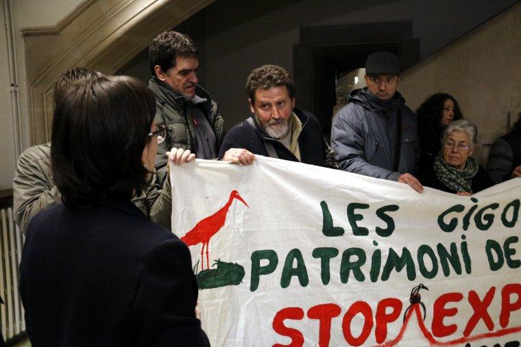 El portaveu d'Ipcena parla amb la secretària del Bisbat de Lleida, dins del Bisbat, per exigir una reunió amb el Bisbe