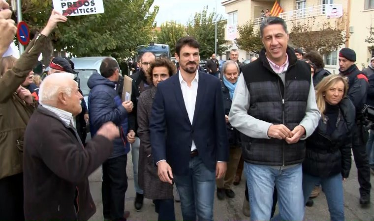 El president del PPC, Xavier Garcia Albiol, amb l'alcalde de Gimenells, Dante Pérez, i la ministra de Sanitat, Dolors Montserrat, passant per davant de veïns que estaven protestant