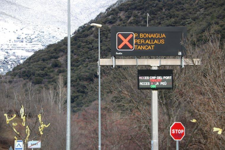 El rètol que indica que el port de la Bonaigua està tancat per risc d'allaus