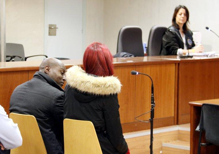 Els acusats de tràfic de drogues, amb la seva advocada al fons, a l'Audiència de Lleida