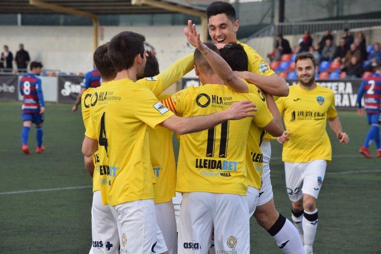 Els jugadors de la Terra Ferma celebren un dels gol.