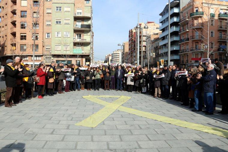 Imatge del llaç groc que han desplegat davant la seu d'Òmnium Cultural a Lleida, amb la presència d'unes 150 persones