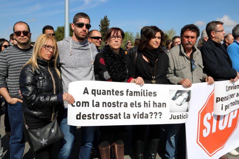 Imatge dels familiars de l'última víctima mortal al tram lleidatà de l'N-240, Marta Soria