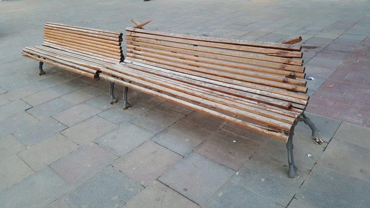 Imatge d'un dels bancs de la plaça fet malbé