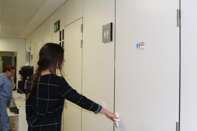 Imatge d'una porta de l'Arnau amb el distintiu de la campanya