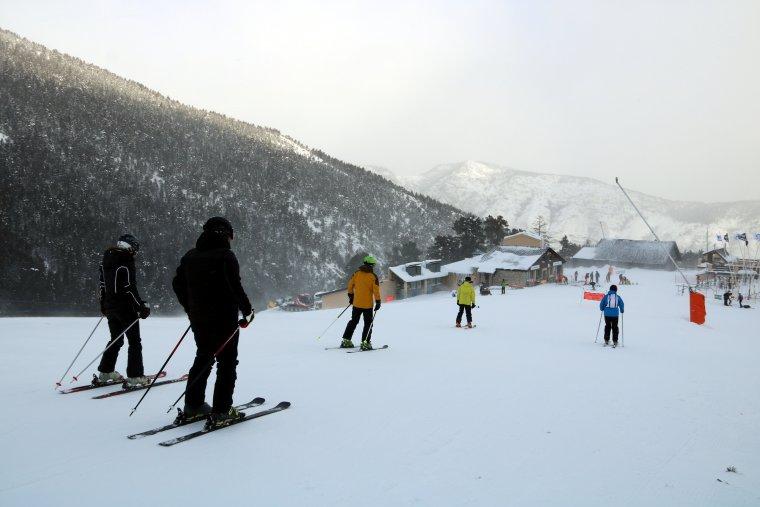 Imatge general de cinc esquiadors que baixen per una pista a la cota 2.000 de l'estació d'Espot