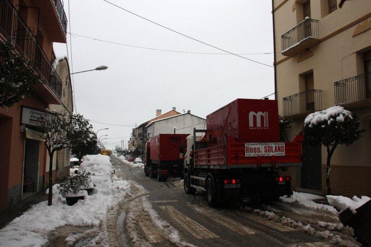 Pla general dels dos camions que han portat els generadors d'elecricitat a Coll de Nargó