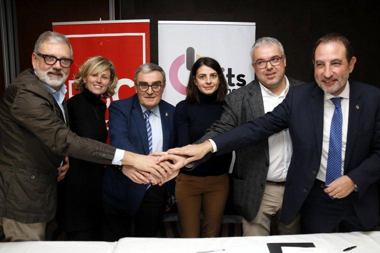 Pla obert on es pot veure l'encaixada de mans entre l'alcalde Àngel Ros, Rosa Maria Salmerón i Ramon Espadaler