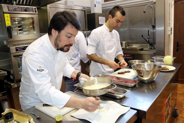 Sergi de Meia, propietari del Restaurant Sergi de Meia de Barcelona, impartint una classe pràctica de plats elaborats amb cuina de caça