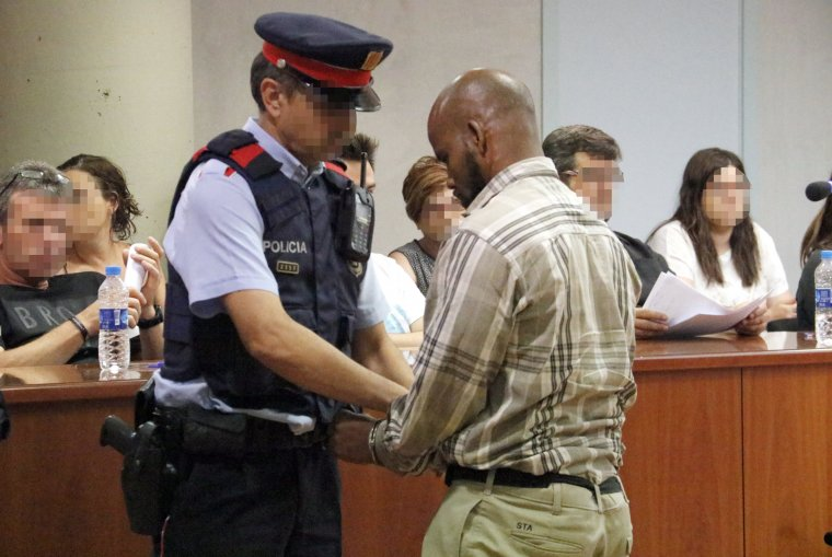 Un mossos emmanilla l'acusat de matar i esquarterar un compatriota a Lleida, al final del judici