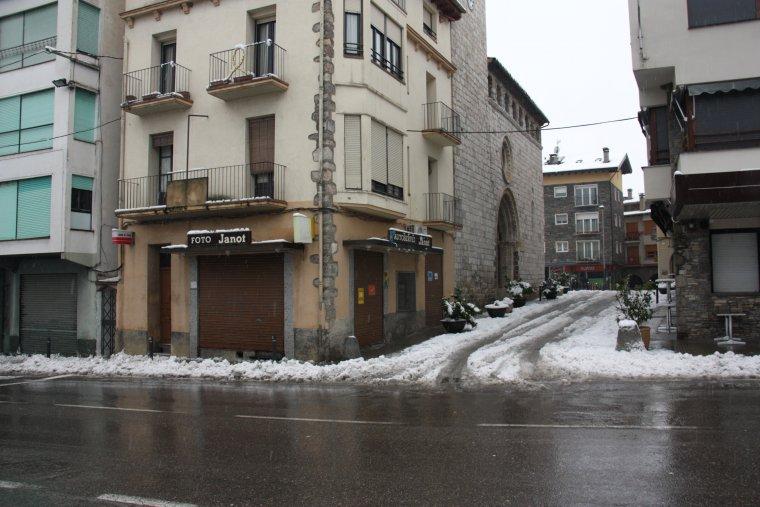 Un negoci tancat a la travessera principal d'Organyà, localitat que s'ha quedat sense llum arran de la nevada
