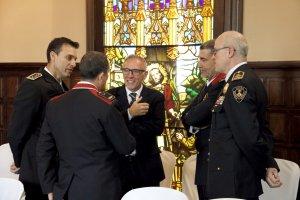 El president de l'Audiència de Lleida, Francesc Segura, conversa amb responsables dels Mossos d'Esquadra i la Guàrdia Urbana de Lleida
