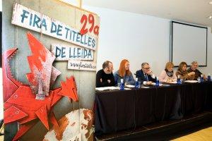 Les autoritats, durant la roda de premsa de presentació de la 29a Fira de Titelles de Lleida, amb el cartell en primer terme