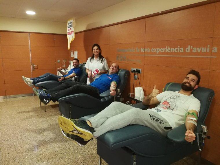 Agents de l'USPAC donant sang