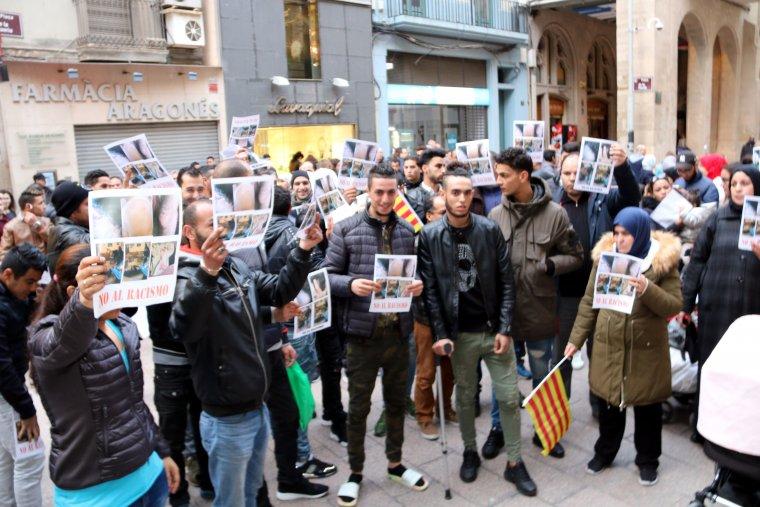 El col·lectiu marroquí té previst repetir la concentració dilluns a la tarda.