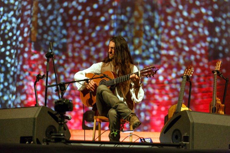 El guitarrista Estas Tonne durant el concert a la Seu Vella de Lleida que ha tancat la 12a edició del MUD