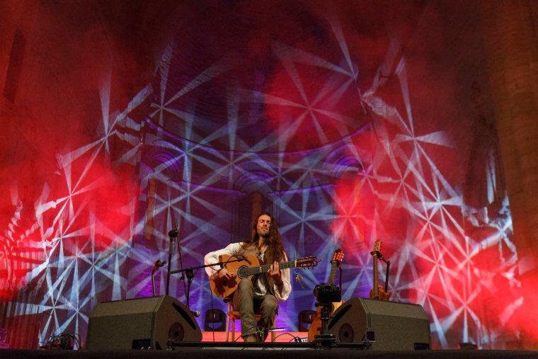 El guitarrista Estas Tonne, durant el concert a la Seu Vella de Lleida que ha tancat la 12a edició del MUD