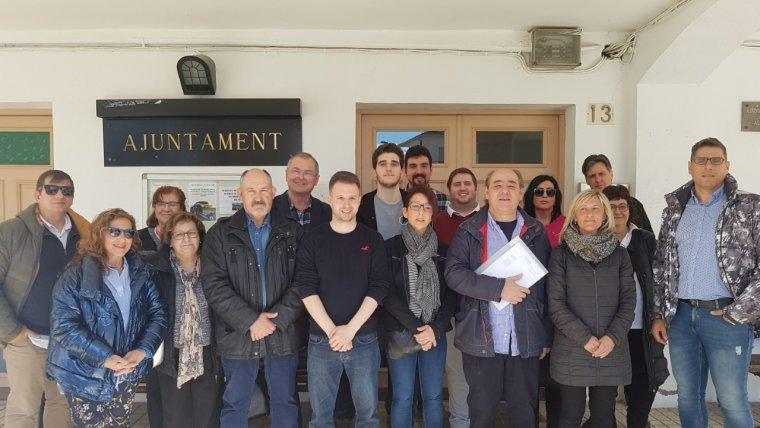 El nou alcalde, Antonio Pardos, acompanyat de la resta de regidors i regidores socialistes i càrrecs orgànics del PSC de Lleida, Pirineu i Aran