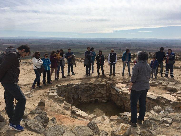 Els joves de Soses en un moment de la visita al poblat