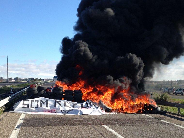 Els manifestants han calat foc als pneumàtics abans de marxar de l'A-2, entre Alcarràs i Soses