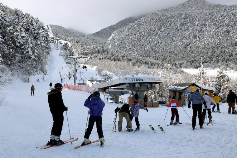 Esquiadors preparats per una jornada d'esquí a l'estació d'Espot, al Pallars Sobirà