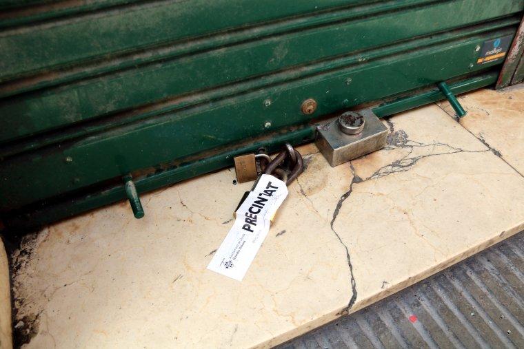 Imatge de detall del precinte a la tanca del bar La Cordobesa de Lleida
