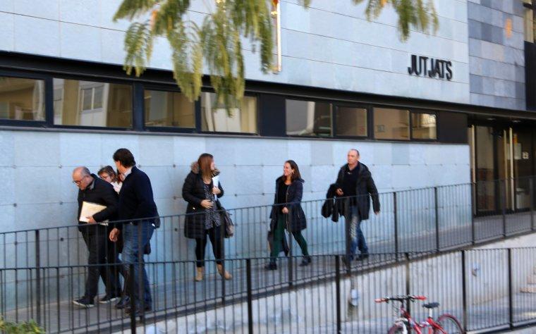 Imatge de les mestres i el director del col·legi Albert Vives de la Seu d'Urgell sortint del jutjat el dia 7 de novembre