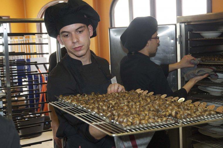 Imatge d'un cuiner amb caragols