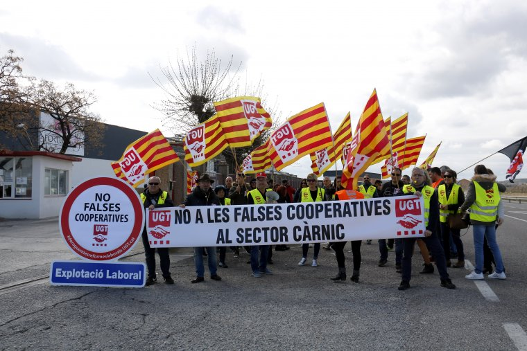 La concentració de la UGT a les portes de l'escorxador de Mollerussa per denunciar la pràctica dels falsos cooperativistes