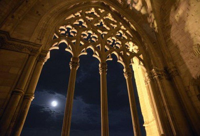 La lluna plena des del claustre de la Seu Vella