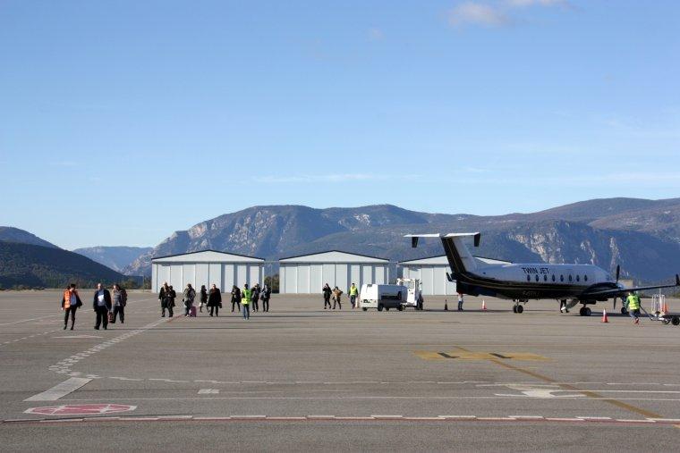 La pista de l'aeroport d'Andorra-La Seu amb els passatgers arribant des de Marsella i un avió de la companyia Twin Jet al fons