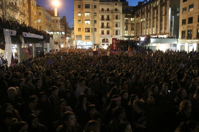 La Plaça Sant Joan de Lleida s'ha omplert aquest 8M de gom a gom.