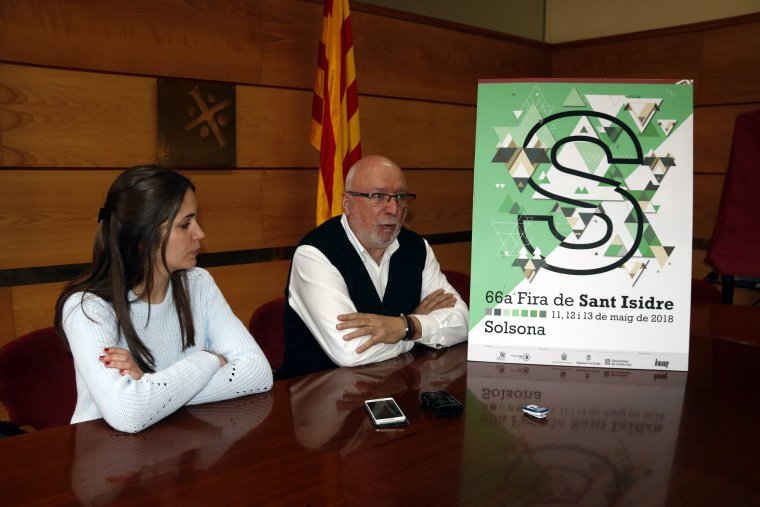 L'autora del cartell de la 66a Fira de Sant Isidre, Gemma Colell, i el director de Solsonès Fires, Josep Caelles