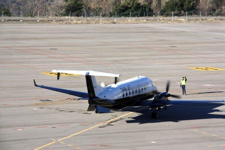L'avió de la companyia Twin Jet a punt de sortir de la pista de l'Aeroport d'Andorra-La Seu d'Urgell