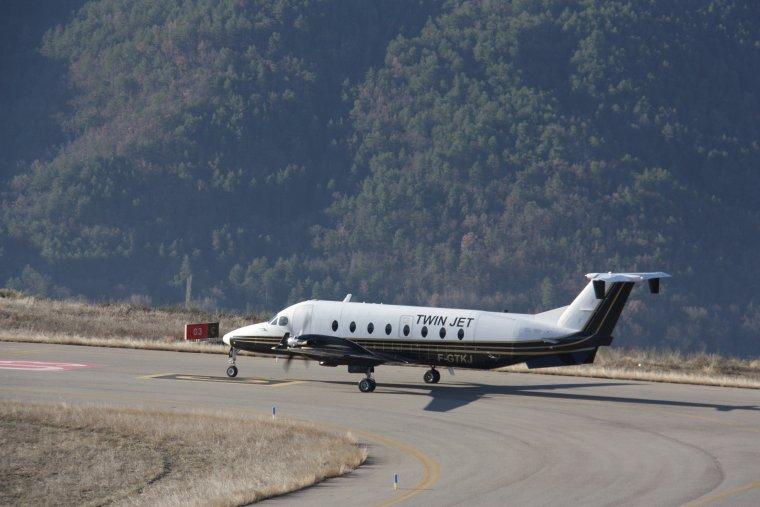 L'avió de Twin Jet fent la maniobra d'enlairament a l'aeroport d'Andorra-La Seu d'Urgell