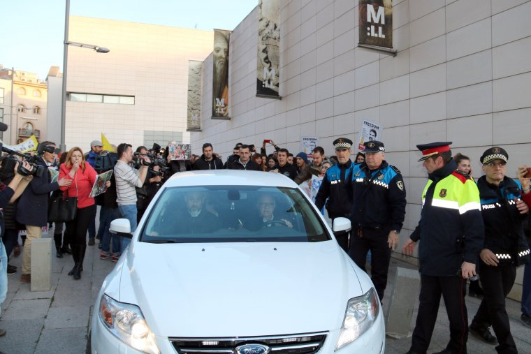Manifestants reben amb crits i pancartes a Àngel Ros.